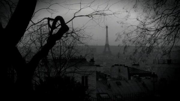 Paris, sous un filtre sombre rappelant un passé malheureux