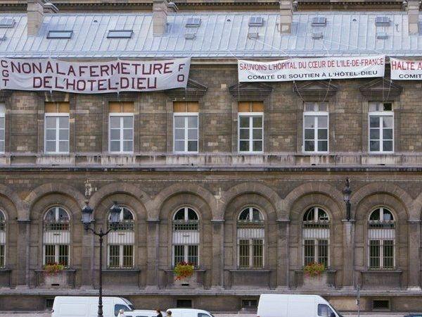 http://www.vivrefm.com/img/uploads/uploads_2013_05/2013_05_17__18_06_une_banderole_est_accrochee_sur_une_facade_de_l_hotel_dieu_l_1023613.jpeg