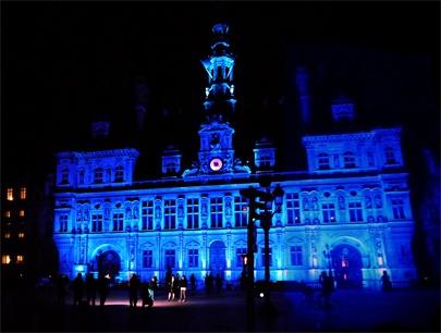 Comme l'opéra de Sidney, l'empire state building, le Taj mahal, le Christ du Corcovado à Rio, l'Hôtel de ville de Paris est illuminé en bleu pour la journée de l'autisme.