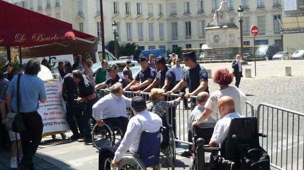 Les manifestants opposés à la police devant l'Assemblée nationale