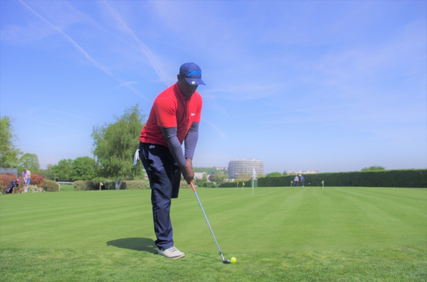 Manuel swingue sur les greens