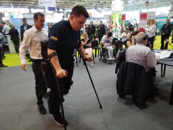 C est un exosquelette équipé de moteurs aux articulations du bas du corps  qui permettent de recréer un mouvement de marche. Son but aider les  personnes ... f99a69d1a610
